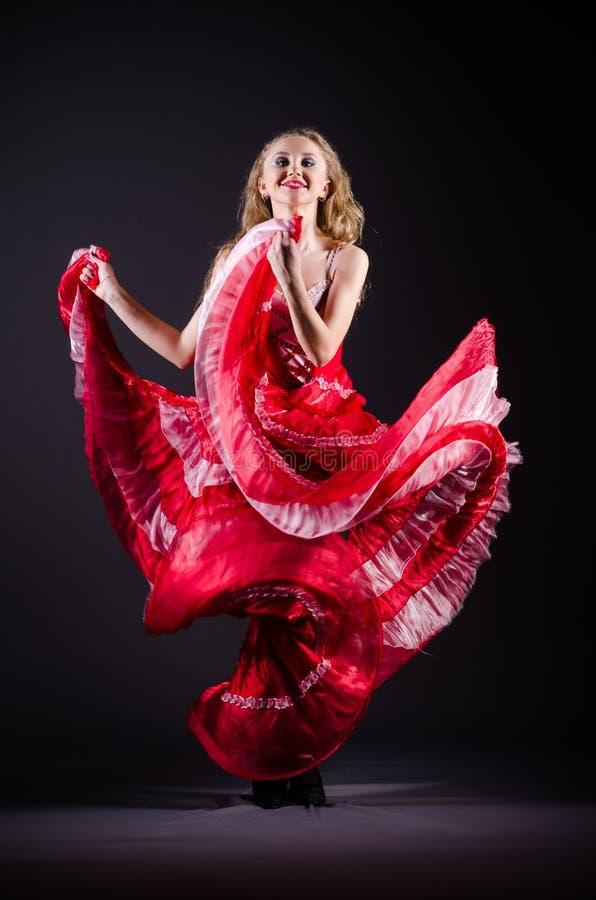 Das Tanzen der jungen Frau im roten Kleid stockfotos
