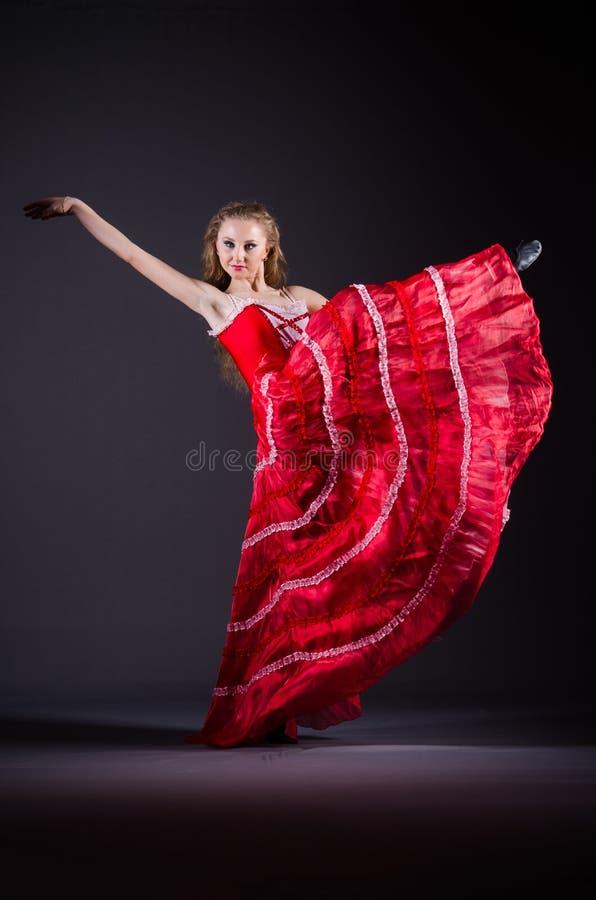 Das Tanzen der jungen Frau im roten Kleid stockbilder