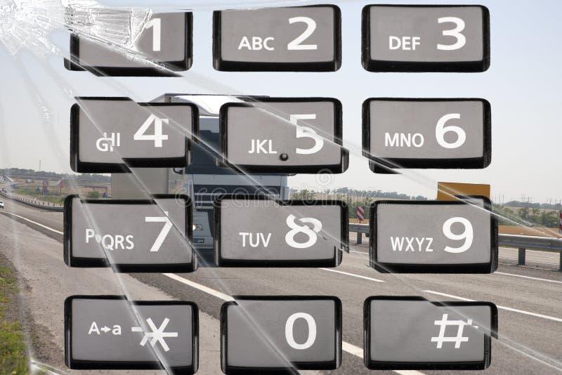 Das Telefon leitet Aufmerksamkeit vom Fahren um Das Konzept des sicheren Fahrens Tastaturtelefon collage lizenzfreies stockfoto