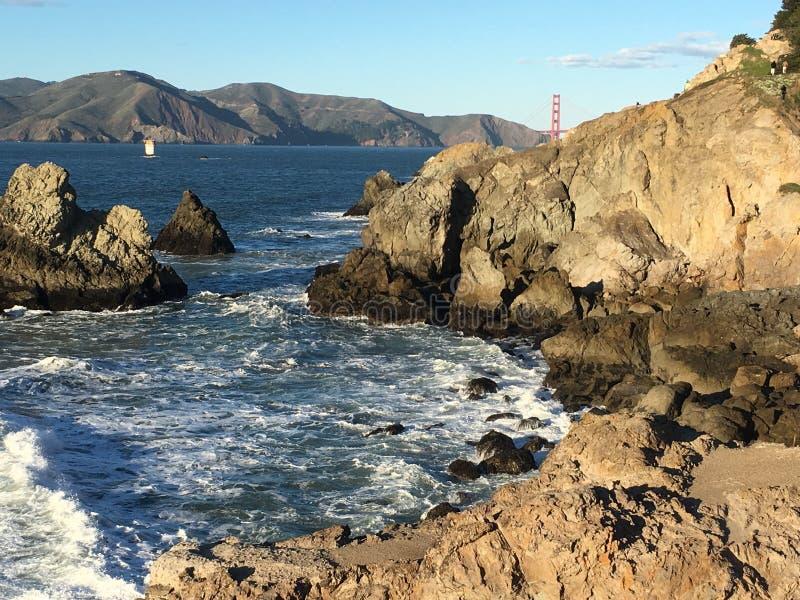 Das terras termine a vista para fora para o promontório do Golden Gate e do Marín fotografia de stock