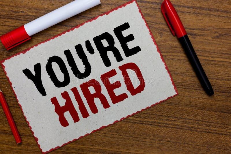 Das Textzeichen, das Sie bezüglich zeigt, werden angestellt Begriffsfoto neuer Job Employed Newbie Enlisted Accepted zog Weißbuch lizenzfreie stockfotos