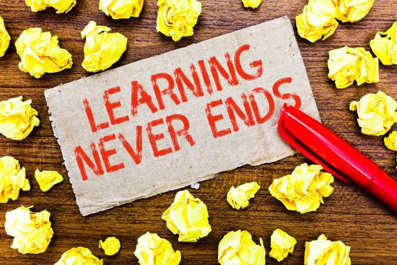 Das Textzeichen, welches das Lernen beendet zeigt nie Begriffsfoto Leben lang pädagogisch und Wellness-Gelegenheiten lizenzfreie stockbilder