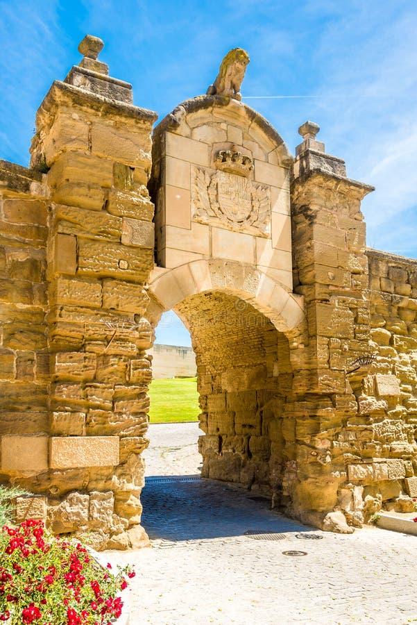Das Tor zu Sue Vella Cathedral-Bereich in Lleida - Spanien lizenzfreie stockfotografie