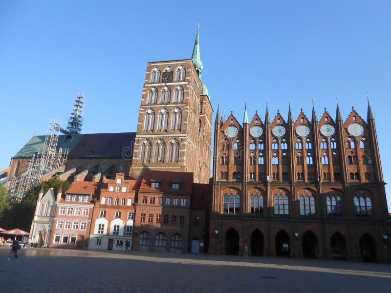 Das townhall und die Kathedrale in Stralsund, Nord-Deutschland lizenzfreies stockbild