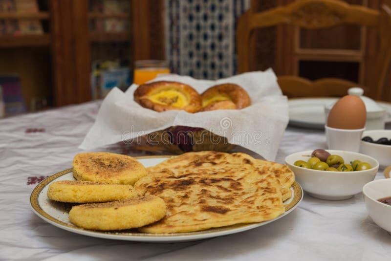 Das traditionelle arabische Frühstück mischte mit Westlebensmittel lizenzfreie stockfotografie