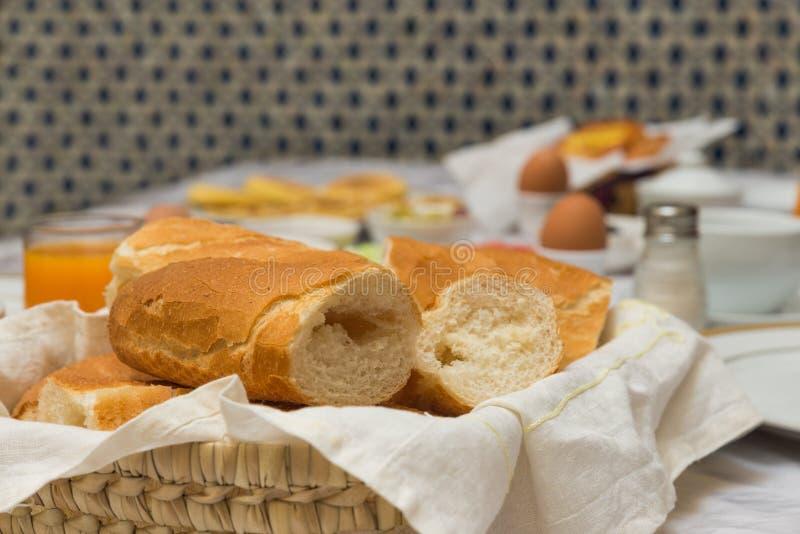 Das traditionelle arabische Frühstück mischte mit Westlebensmittel stockfotografie