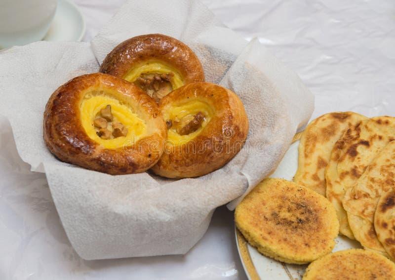 Das traditionelle arabische Frühstück mischte mit Westlebensmittel lizenzfreie stockfotos