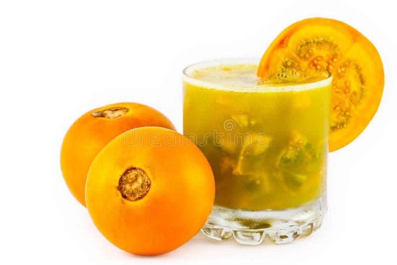 Das traditionelle kolumbianische Getränk, das vom Saft und von den Stücken lulo gemacht wurde, nannte lulada stockbilder