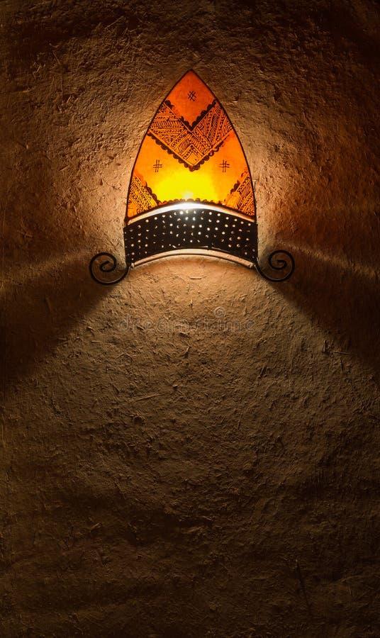 Das traditionelle latern im arabischen Artfall auf der Wand stockbild