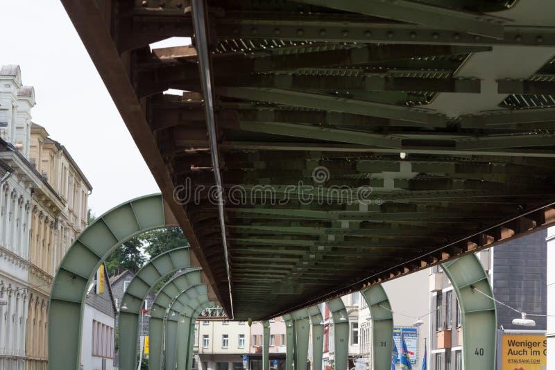 DAS Traggerà ¼ ST der Wuppertaler Schwebebahn   Το ενισχυτικό πλαίσιο του σιδηροδρόμου αναστολής Wuppertaler στοκ εικόνες