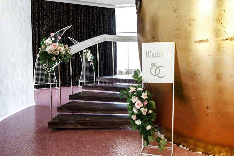 Das Treppenhaus ist verzierte mit frischen Blumen und einer Platte Hochzeit Heirat floristry Der Dekor des Raumes an der Hochzeit stockbilder