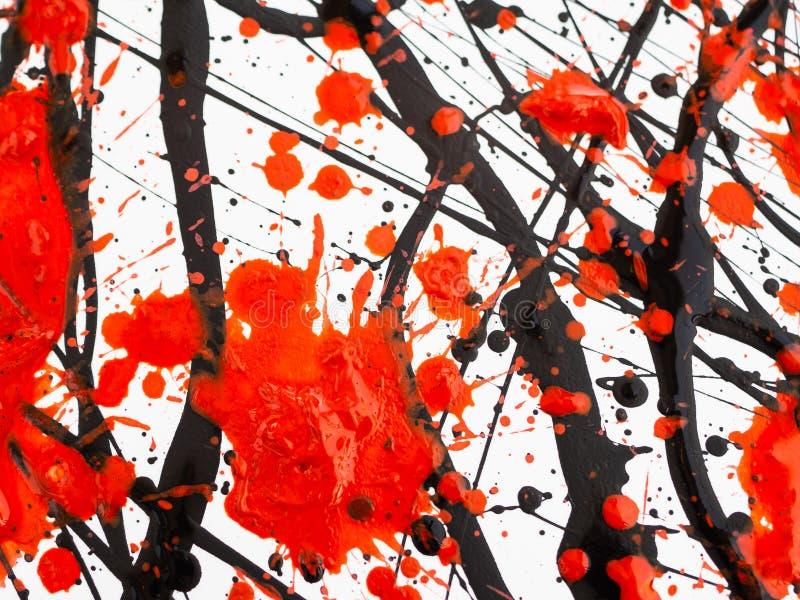 Das Tropfen des fl?ssigen Heiz?ls der schwarzen und roten Farbe spritzt, Tropfen und Spur stock abbildung
