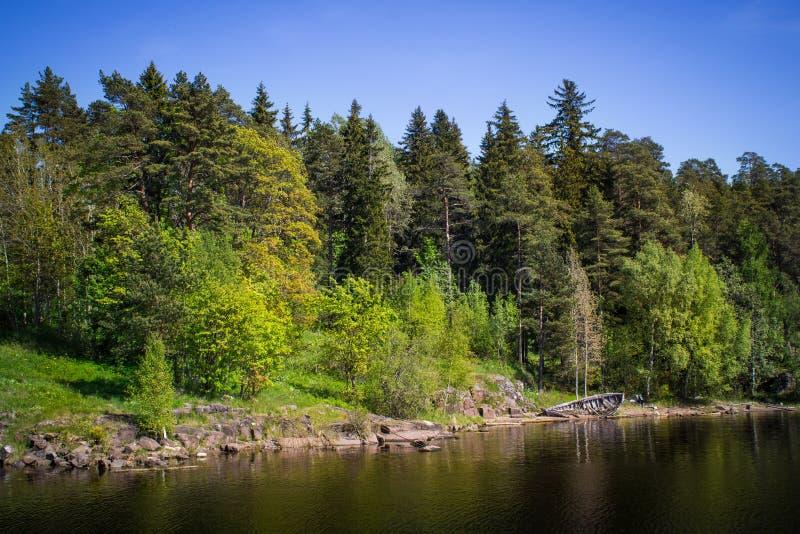 Das Ufer des Sees und des alten Bootes stockfoto