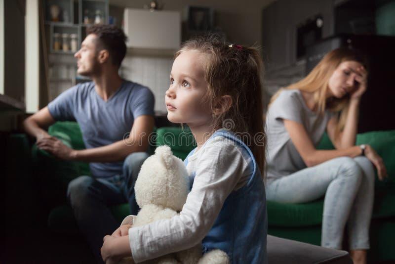 Das umgekippte, frustrierte kleine Mädchen, das von den Eltern müde ist, kämpfen lizenzfreie stockbilder