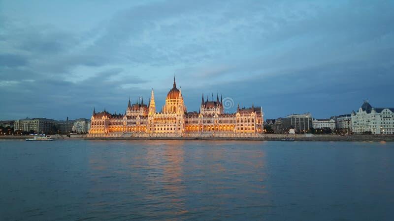 Das ungarische Parlaments-Gebäude am Abend lizenzfreie stockfotos