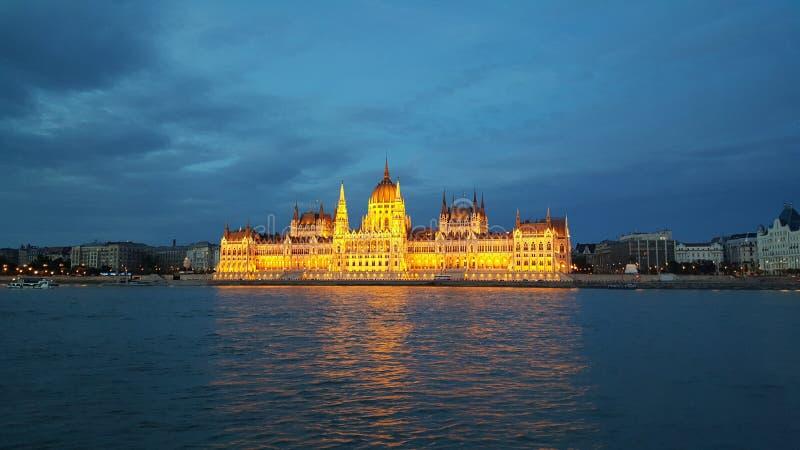 Das ungarische Parlaments-Gebäude am Abend stockbilder