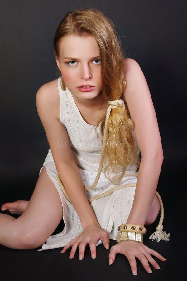 Das unglückliche Mädchen mit einem langen angemessenen Haar lizenzfreies stockbild