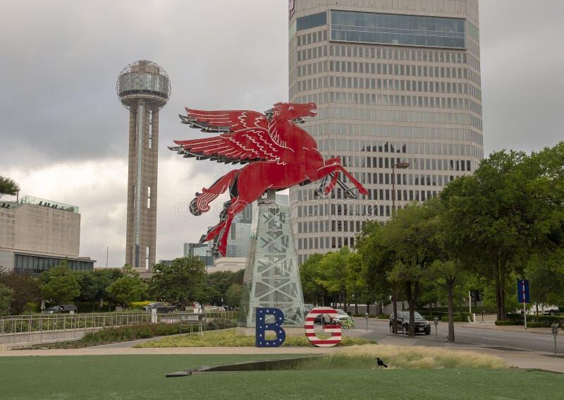 Das ursprüngliche rote Pegasus-Pferd, wieder hergestellt und auf einen drehenden Erdölbohrturm, Dallas, Texas gesetzt lizenzfreies stockfoto