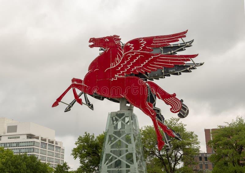 Das ursprüngliche rote Pegasus-Pferd, wieder hergestellt und auf einen drehenden Erdölbohrturm, Dallas, Texas gesetzt lizenzfreies stockbild