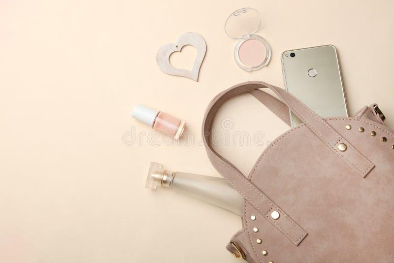 Das várias mulheres cosméticos redondos da bolsa, do smartphone e foto de stock