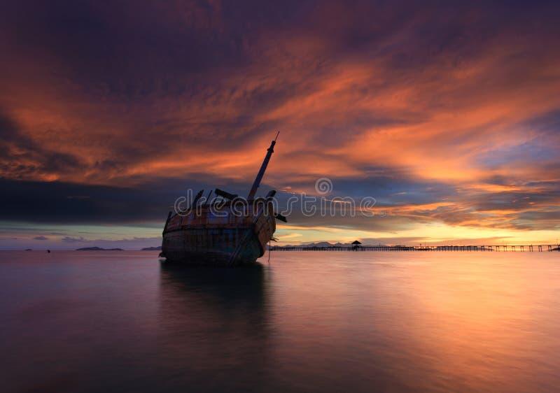 Das verfallende Boot während des schönen Sonnenuntergangs, Thailand lizenzfreies stockbild