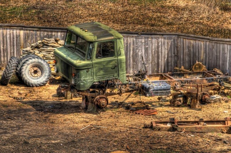 Das verlassene alte sowjetische Auto der Zeiten der UDSSR stockfotografie