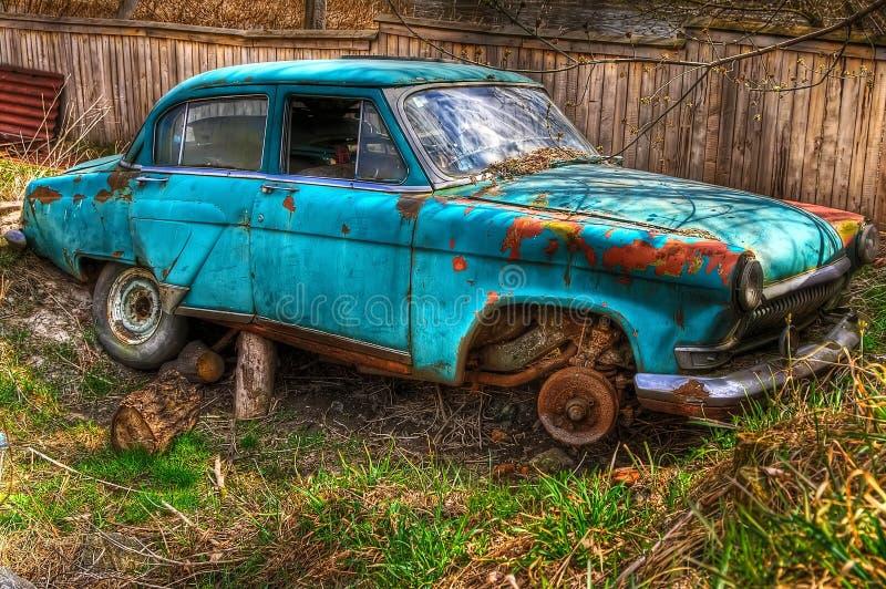Das verlassene alte sowjetische Auto der Zeiten der UDSSR lizenzfreies stockbild