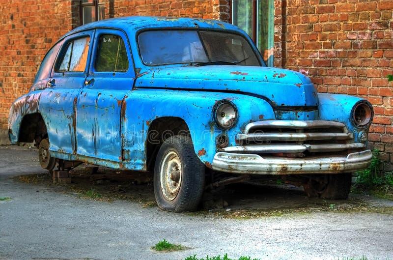 Das verlassene alte sowjetische Auto der Zeiten der UDSSR lizenzfreie stockbilder