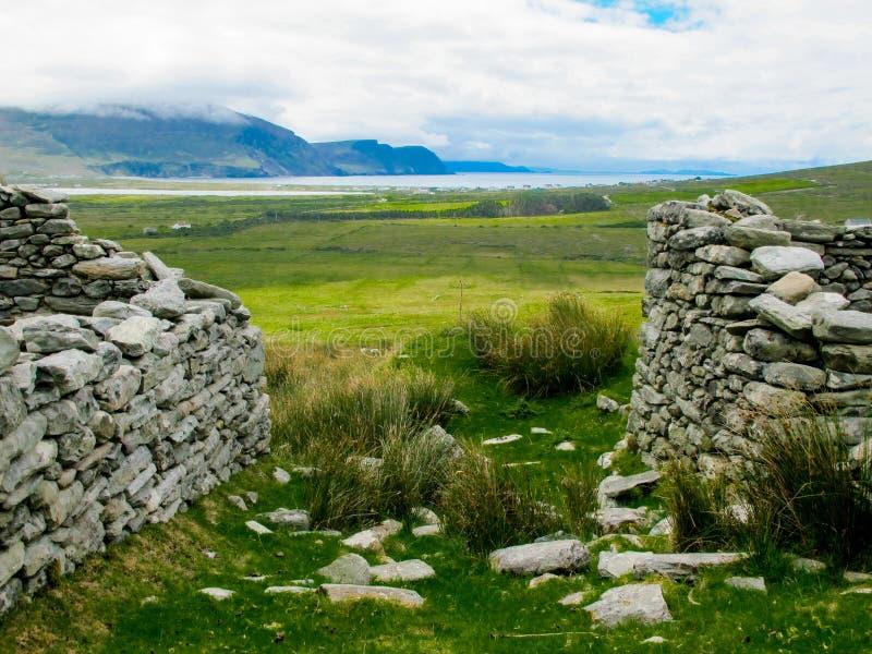 Das verlassene Dorf bei Slievemore, Achill, Mayo, Irland stockbilder