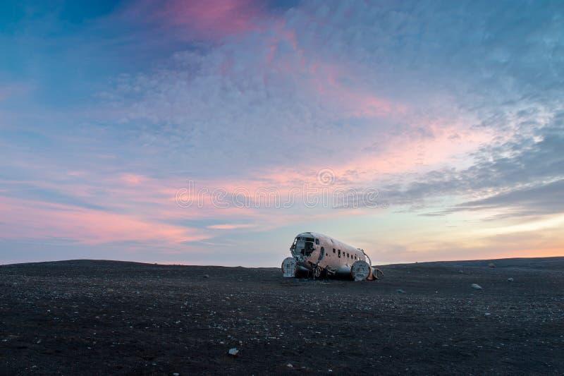 Das verlassene Flugzeug DC-3 in Island stockbilder
