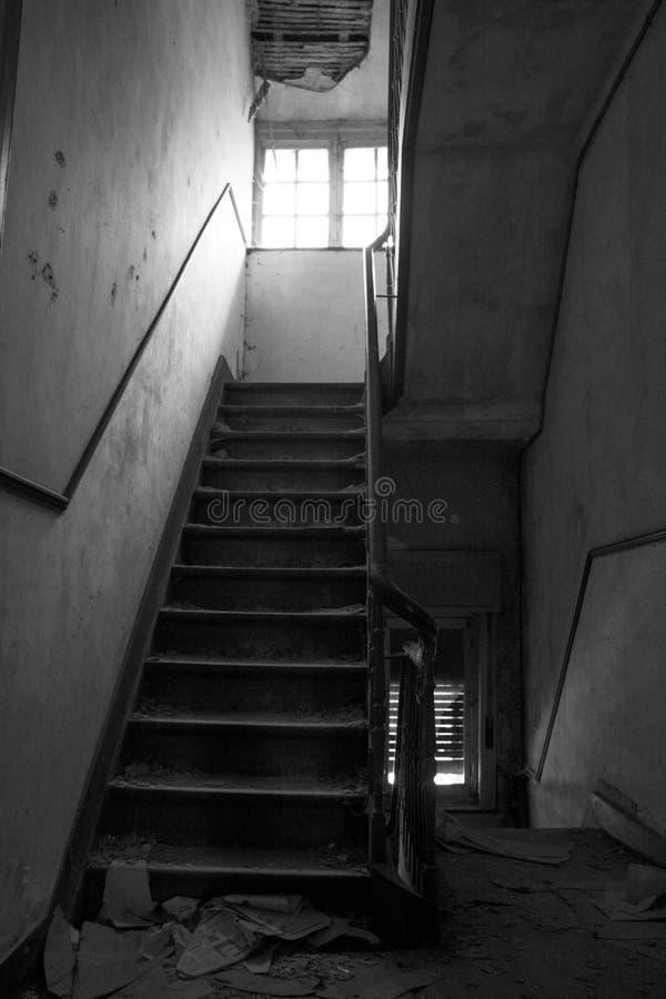 Das verlassene gespenstische Treppenhaus in Europa lizenzfreie stockfotografie