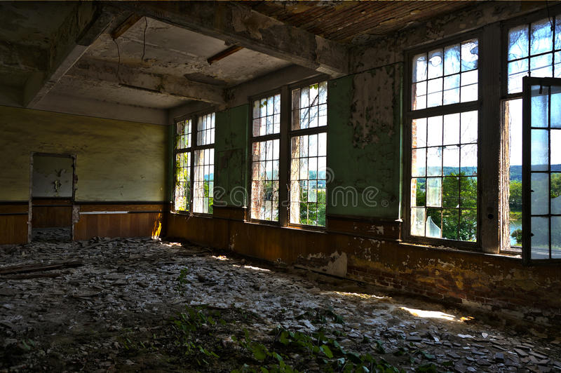 Das verlassene Villenfenster stockfotografie