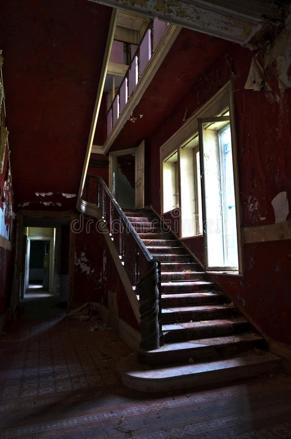 Das verlassene Villentreppenhaus stockfotos