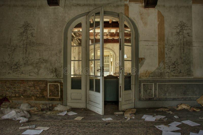 Das verlassene Villenwohnzimmer in Europa lizenzfreies stockbild