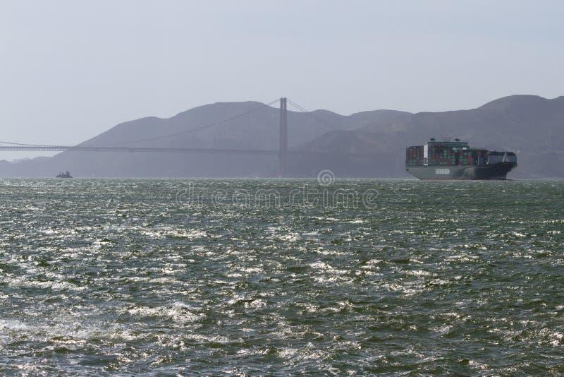 Das Versenden barge herein den Buchtbereich stockfoto