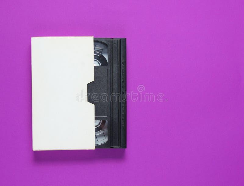 Das Videoband in einem Papierfall lizenzfreie stockfotos