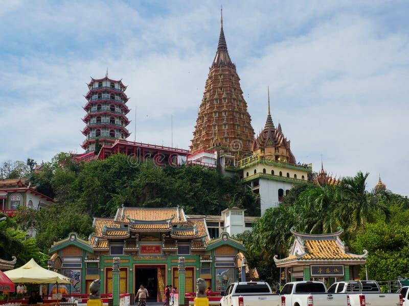 Das Vietnamse und thailändischen die stupas oder die Pagoden in Kanchanaburi, Thailand stockbilder