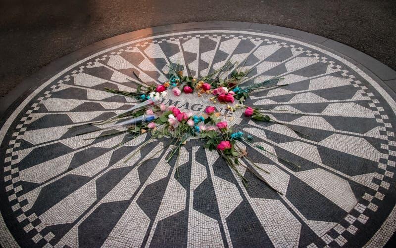 Das Vorstellungsmosaik mit Blumen am Tag von John Lennon-Tod bei Strawberry Fields im Central Park, Manhattan - New York, USA lizenzfreie stockfotos