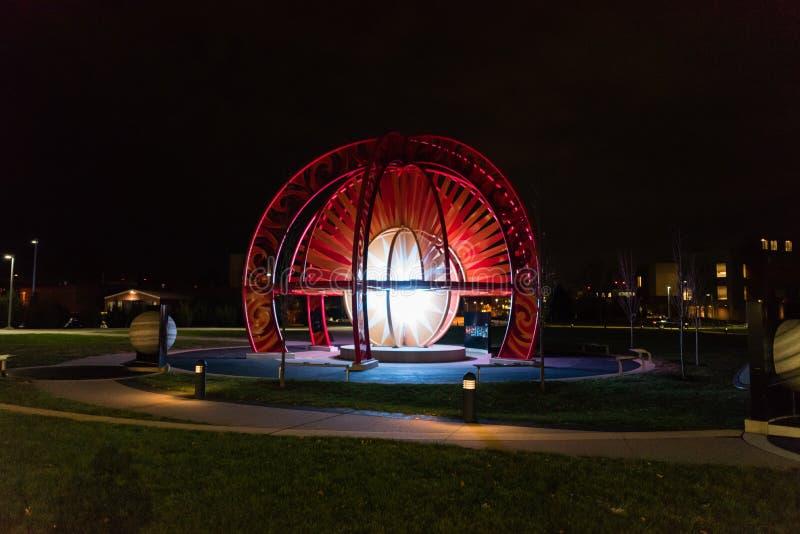 Das VOSS stufte Modell des Sonnensystems am Purdue University-Campus nachts ein lizenzfreies stockfoto