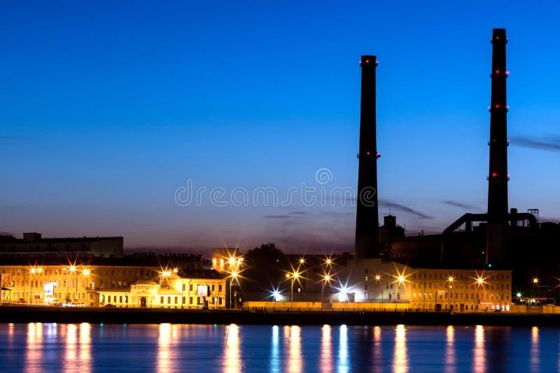 Das Wärmekraftwerk des Abends auf dem Neva-Flussdamm in St Petersburg, Russland stockbild