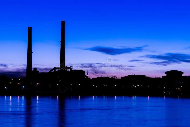 Das Wärmekraftwerk des Abends auf dem Neva-Flussdamm in St Petersburg, Russland stockfotos