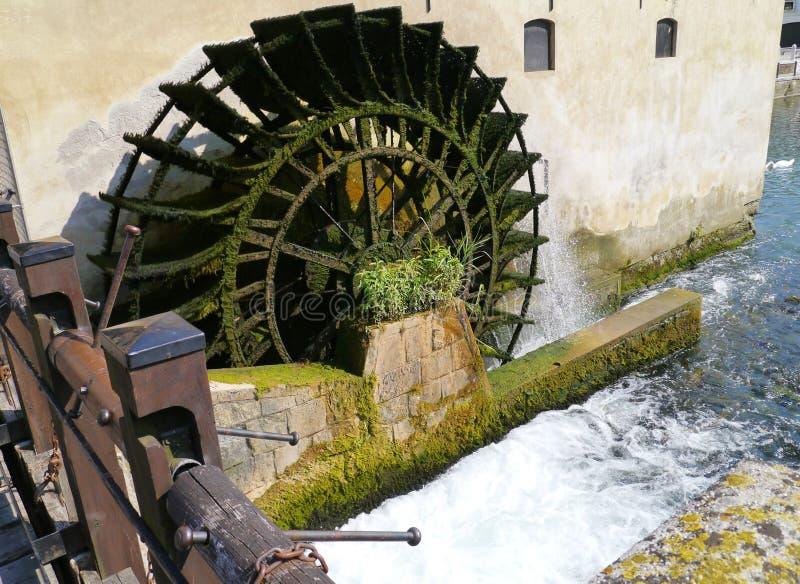 Das Wagenrad einer Wassermühle stockbild
