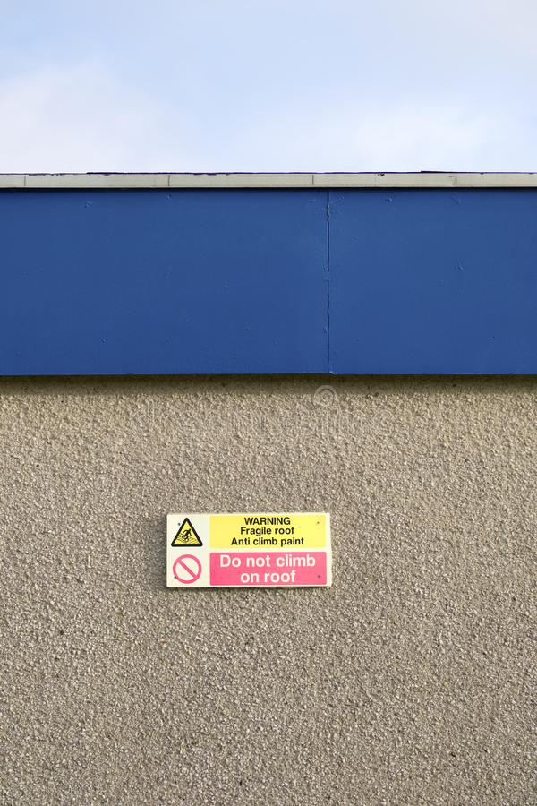 Das Warnen klettern nicht empfindliches Dach-Zeichen auf Wand-Antiaufstiegs-Farben-Mitteilung stockbilder