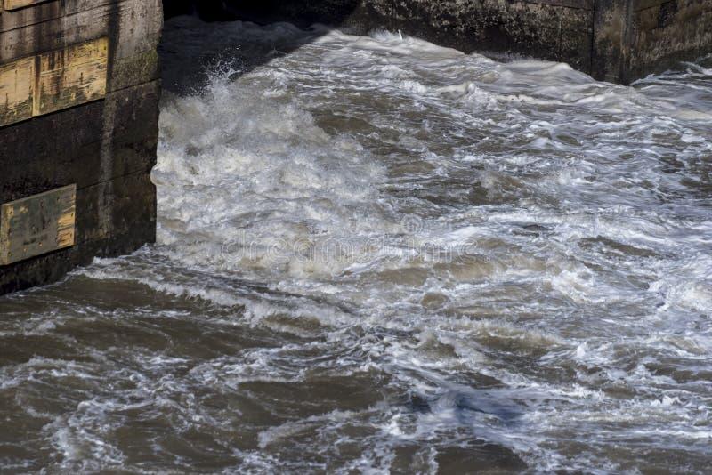 Das Wasser, das aus den Rohren beim Miraflores gießt, schließt Panamakanal zu stockbild