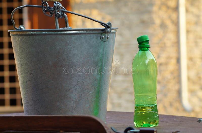 Das Wasser in einer Plastikflasche an einem heißen Tag stockfotos