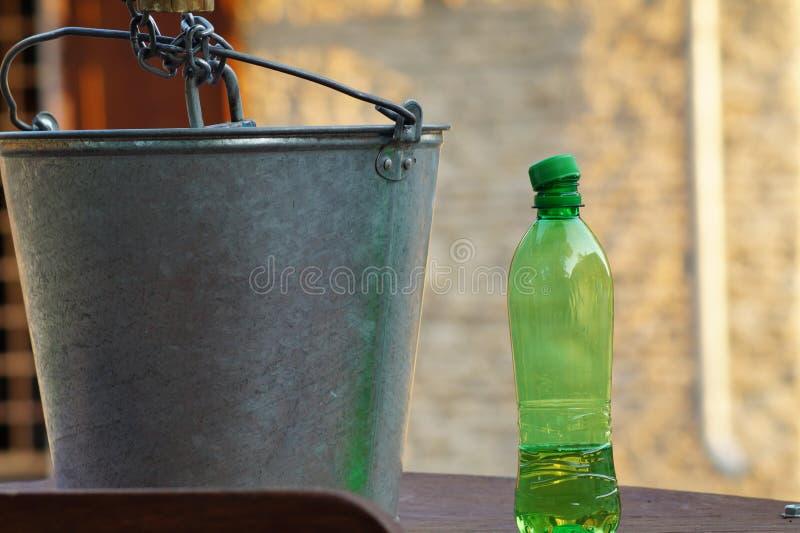 Das Wasser in einer Plastikflasche an einem heißen Tag stockbilder