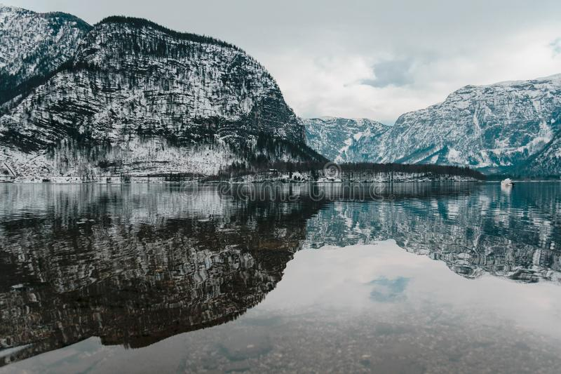 Das Wasser von hallstatt, Österreich lizenzfreie stockfotografie