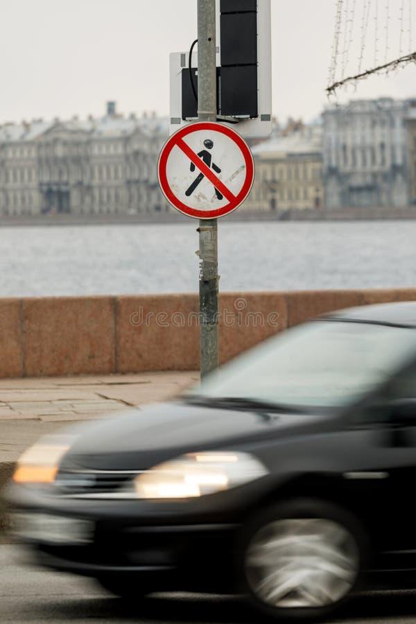 Das Wegzeichen einer Person ist verboten Die Straße mit dem Auto und das Schild auf der Straßenkarte Mann ist verboten lizenzfreie stockfotografie
