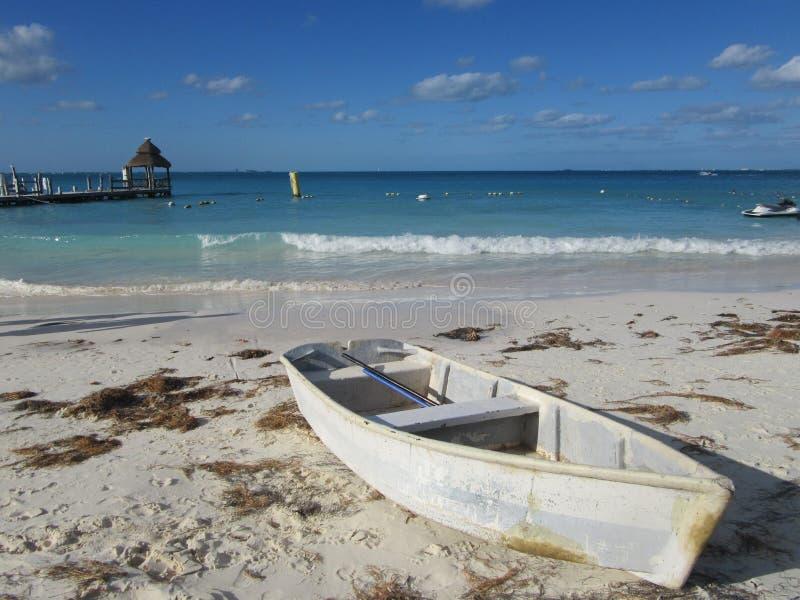 Das weiße Boot auf weißem Sand lizenzfreies stockfoto