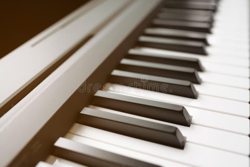 Das weiße Elfenbein und die schwarzen Tasten eines Klaviers stockfotos